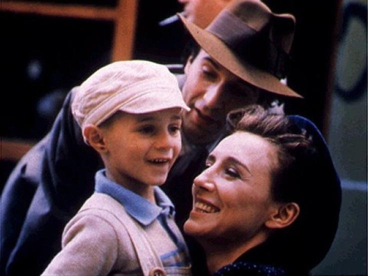 La vida es bella (La vita è bella) (1997) - Dirigida por Roberto Benigni y protagonizada por Giorgio Cantarini, Nicoletta Braschi y Roberto Benigni.
