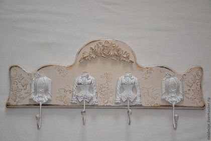"""Купить или заказать вешалка в прихожую   БУКЕТ РОЗ в интернет-магазине на Ярмарке Мастеров. Вешалка в стиле шебби шик, с очень красивыми, оригинальными , стильными винтажными крючками. В центре очень красивый декоративный элемент гирлянда из роз, слегка патинирован светлым золотом. Мебель в стиле шебби шик, как правило, светлая – либо белая, либо в пастельных тонах. Часто это состаренная мебель – вещи выглядят не просто """"винтаж"""", а весьма потертыми, и в этом и есть шик.…"""