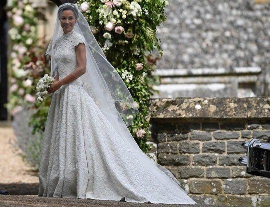 Pippa ve svatebních šatech od návrháře Gilese Deacona
