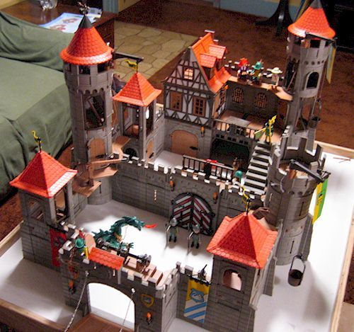 Yes, I love my Playmobil castles...I'll buy some and finally finish them when I'm established...this is for you, Dad and Greg.