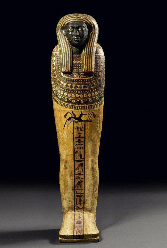 Ce couvercle de #sarcophage en bois stuqué polychrome au nom de Tjenety a récolté 102 500 €. Momiforme, coiffé de la perruque tripartite rayée et paré d'un large collier ousekh, il est peint d'une colonne hiéroglyphique : « offrande que donne le roi à Osiris, seigneur de Bousiris, le grand dieu, le seigneur d'Abydos, [pour qu'il accorde] une belle nécropole ; Tjenety ». Égypte, troisième période intermédiaire, XXVe dynastie.