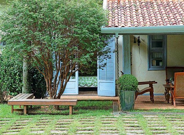 Jardim que parece mata preservada Um banco em forma de L foi posicionado em frente à jabuticabeira. Ao lado, vaso vietnamita com buxinho podado (Foto: Raphael Briest/Divulgação)