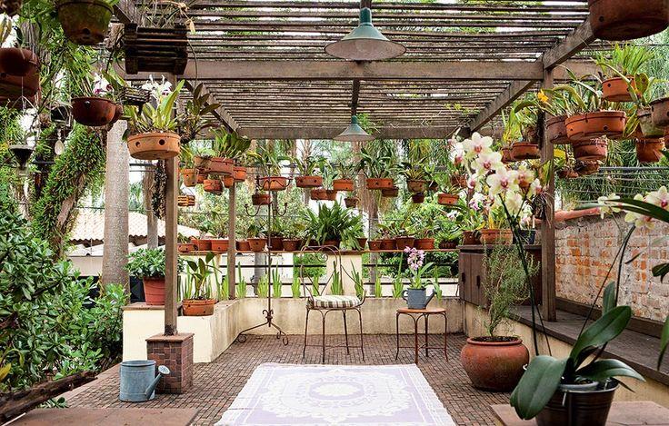 """Não havia espaço suficiente no quintal desta casa para expor a coleção de orquídeas do morador.  A solução encontrada pela paisagista Susana Udler foi aproveitar a laje sobre a garagem. """"Integrei esse espaço ao resto da casa e desenhei uma pérgola de ipê"""