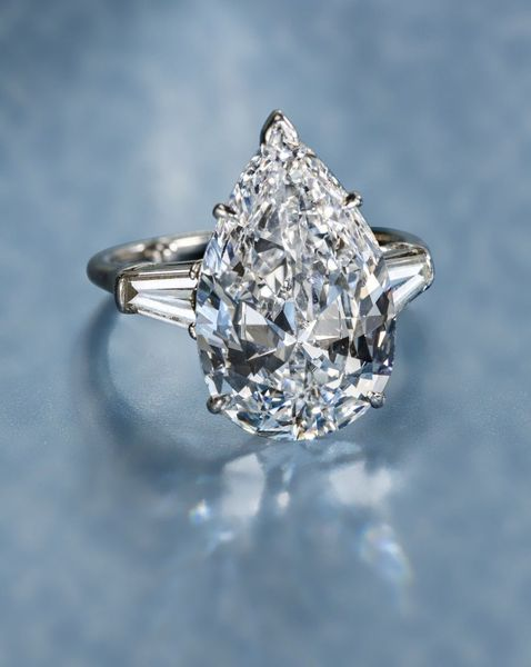 A diamond solitaire ring, Harry Winston. Not sure i love the oval shape... But beautiful nonetheless.