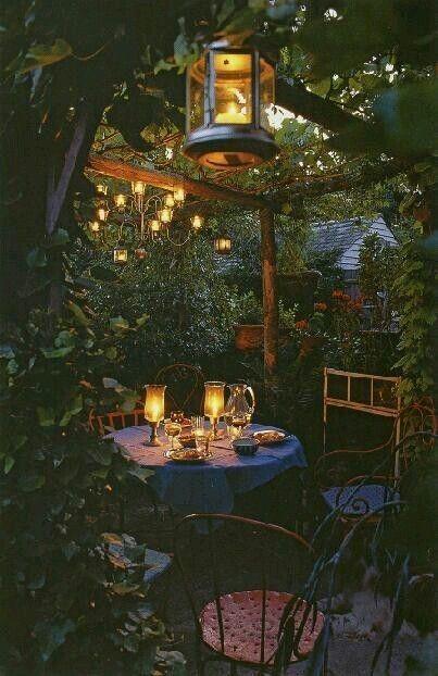 Savonds lekker buiten eten en borrelen onder de pergola