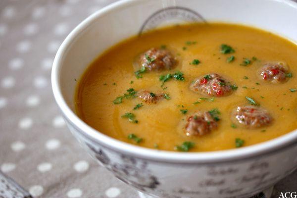 Lykken er en god suppe, og godt selskap å nyte den i. Oppskrifter på 12 forskjellige supper som jeg har servert til mine gjester i Tordenskjolds suppekjøkken.