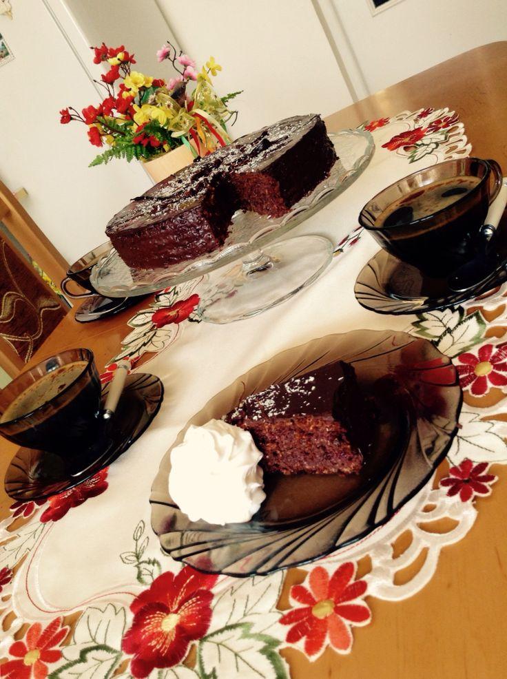 Čokoládovo-kokosová torta bez múky poliata čokoládou podávaná so šľahačkou