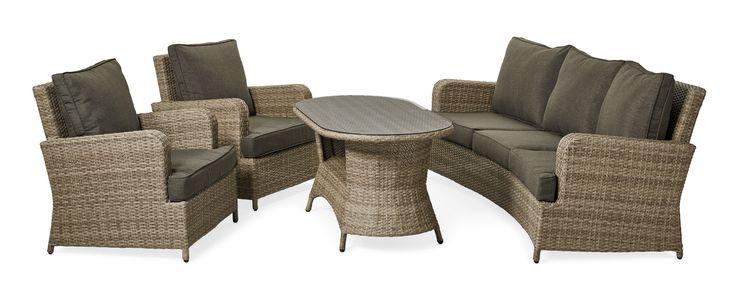 Ta med vardagsrummet ut med Marbella som för tankarna till den klassiska Howard-stilen. Soffa och fåtöljer har en riktigt skön komfort i dynorna som inbjuder till långa sittningar med familj och vänner. Med sina mjuka linjer och tåliga handflätade konstrotting blir den en favorit att räkna med länge. Här får du en komplett trädgårdsgrupp med en svängd 3-sits soffa, två fåtöljer och ett lite högre bord som ger en bra höjd när det är fikadags. Alla våra flätade utemöbler är handgjorda, vilket…
