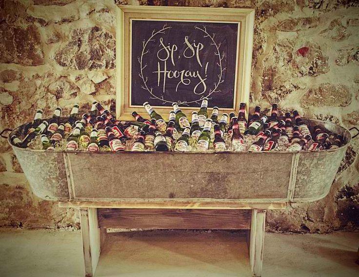 ♥♥♥  21 maneiras de decorar seu buffet e economizar Veja aqui 21 maneiras de montar um buffet de casamento barato caprichando na decoração da mesa e... deixando tudo muito lindo & apetitoso! http://www.casareumbarato.com.br/buffet-de-casamento-barato/
