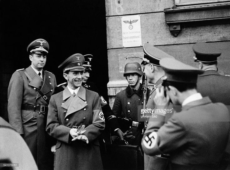 Joseph Goebbels during a sightseeing tour by the 'General ' in front of the Reich Propaganda Office in Lodz on the way to Warsaw ; Far left: Hans Fritzsche , Head of Broadcasting in the Reich Ministry of Public Enlightenment and Propaganda late October / early November 1939