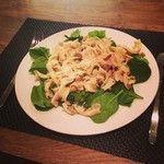 Dinner time!  Spelt pasta met spinazie, tonijn, peterselie, kappertjes en rood pepertje! Heerlijk! Eet smakelijk allemaal!