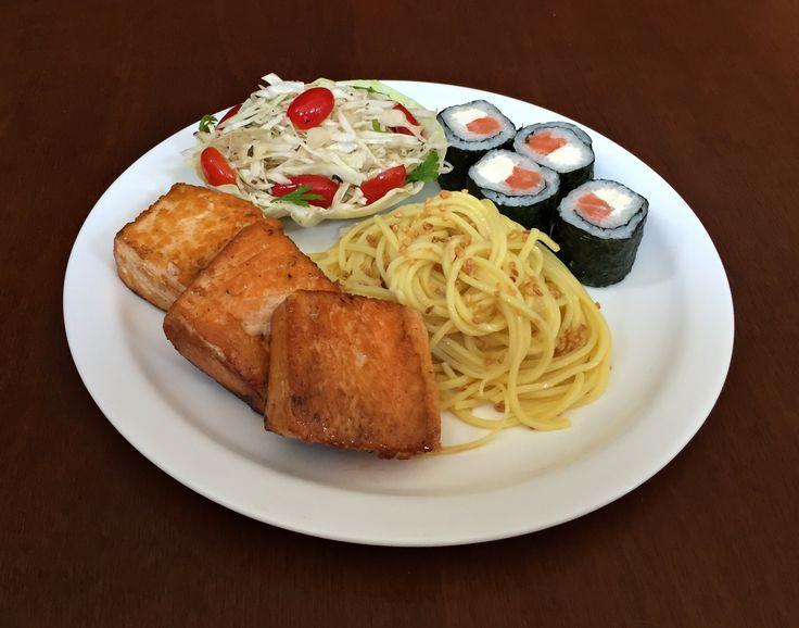 Espaguete ao Alho, Salmão Grelhado, Sushi de Salmão e Cream Cheese e Salada de Repolho.
