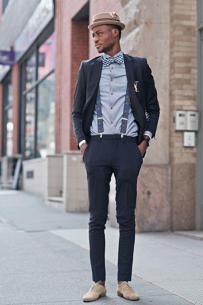 Look masculino com terno azul marinho, camisa social, gravata borboleta, chapéu e suspensórios.