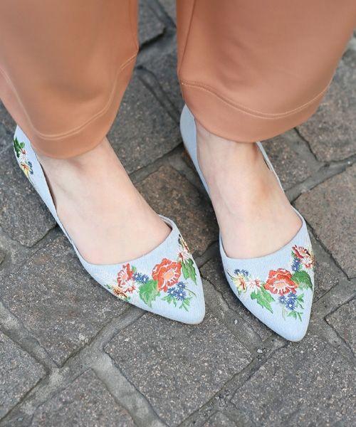 """トレンドの刺繍シューズが登場!!  今年の春夏トレンドは""""刺繍""""。中でも花をモチーフにした刺繍が主流になりそうです。 LOWRYS FARMではその刺繍を大人気のセパレートフラットシューズに落とし込みました。 いつもと違って表面感が加わり、印象もだいぶ変わります。 ファッションは足元からとよく言いますが、これを履いていればオシャレに見えること間違いなしです☆"""