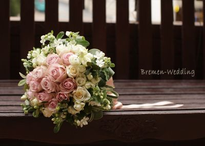 「バラとホワイトスターのクラッチブーケ」の画像|ウェディングブーケのデザイン集 |Ameba (アメーバ)