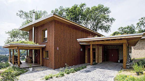 Dům ve svahu majitelé postavili zpřírodních arecyklovatelných materiálů