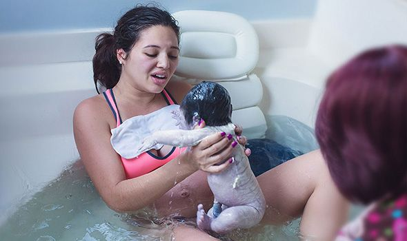 Δείτε στις υπέροχες φωτογραφίες πώς λαμβάνει χώρα ο φυσικός κατ'οίκον τοκετός νερό και τη συγκλονιστική στιγμή που η μανούλα φέρνει στον κόσμο τα μωρό της!