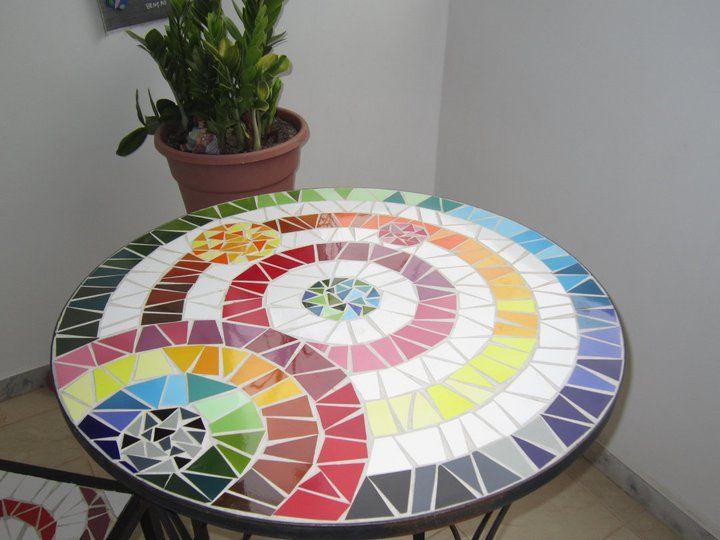 mesa mosaico. Round mosaic table. I love this!