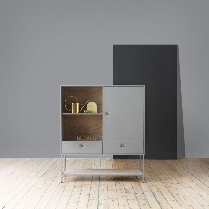 Viti från Voice erbjuder enkel och elegant förvaring för hemmets alla rum. Stina Sandwalls tanke med förvaringen var att skapa ett klassiskt skåp med fina detaljer. Stina ville skapa en unik detalj på skåpet och fokuserade då lite extra på handtaget. Med inspiration från Island med varma källor och vulkaner fick handtaget sin unika form, därav namnet Viti.Viti finns i två olika varianter, cabinet och sideboard. Skapa din egen möbel genom att välja färg på stomme, rygg och handtag. Välj vitt…