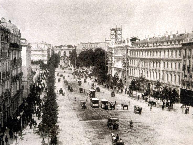 Calle de Alcalá. A la derecha, en ampliación el Banco Nacional de España - fusión en 1846 del Banco de San Fernando (1829), que sustituyó al Banco de San Carlos (1782) y el Banco de Isabel II (1844). El edificio comenzó a construirse el 4 de julio de 1884 en un acto que asistió el rey Alfonso XII, siendo inaugurado en 1891. En 1927 se amplió con la adquisición de las casas del Conde de Santamarca (se observan las obras), situadas en la calle Alcalá, a continuación del edificio inicial. La…