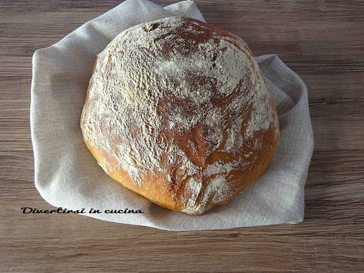 Pane di semola di grano duro. Ricetta con e senza Bimby.Una ricetta semplice per un pane buono, soffice dentro e croccante fuori.