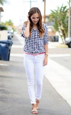 ギンガムチェックシャツと白パンツの着こなしコーデ