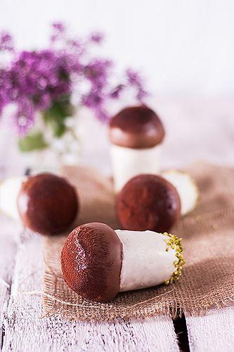 """Еще один десерт по рецепту Luca Montersino из книги """"Peccati mignon"""". Сочные и ароматные ромовые бабы покрытые шоколадом с кондитерским кремом внутри. Шоколад не дает бабам…"""