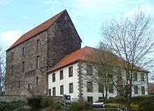 Die ersten bekannten Hochhäuser in der Art eines Muthauses (Wohnturm) wurden in Deutschland in der Region Südniedersachsen und Ostwestfalen bereits im 14. Jahrhundert erbaut, etwa das über 30 Meter hohe Muthaus in Hardegsen aus dem Jahr 1324. Es ist das älteste weltliche Bauwerk in dieser Größe von ganz Niedersachsen und besonders gut erhalten.