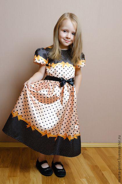 Детское платье в горошек цвета золота. Нарядное платье из коллекции 'Цветной горошек с ленточками' Классический рисунок в новом исполнении. Платье подойдет на любой торжественный момент. Ткань с принтом не линяет при стирке.