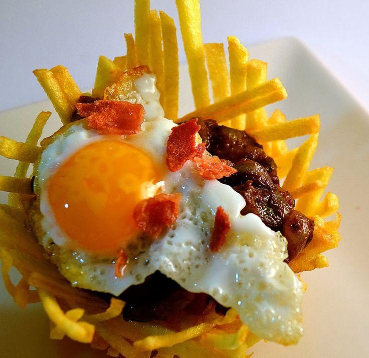 NIDO DE MORCILLA, nido de patata relleno de pisto de morcilla, huevo de codorniz y crujiente de jamón