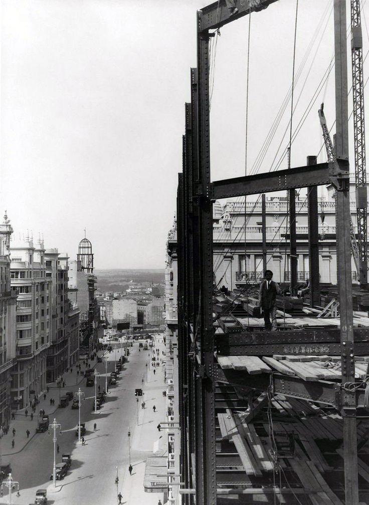 Edificio de Gran Vía, colocación de una jácena. Madrid, 1927 - Portal Fuenterrebollo