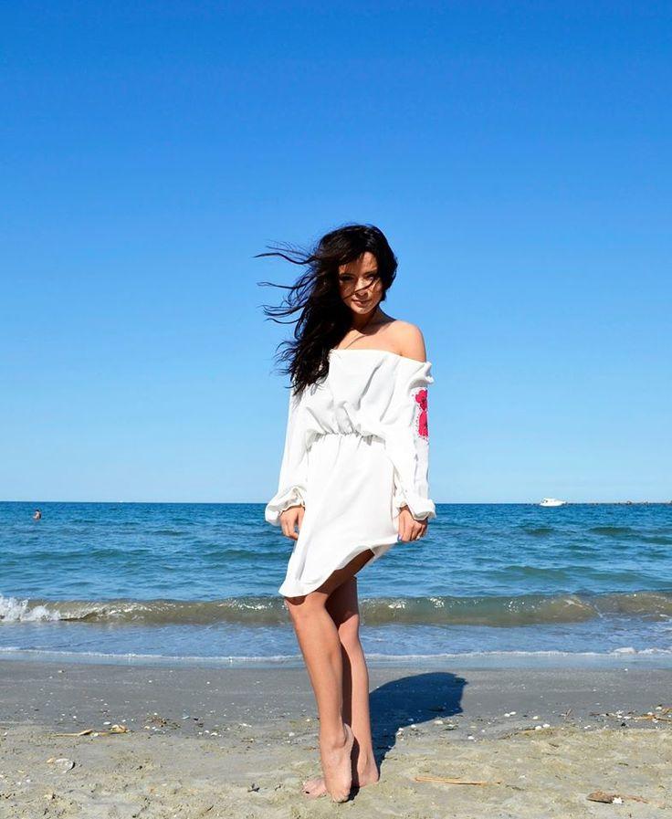 Tanara neasemuit de frumoasa era imbracata cu o camasa fermecata ce stralucea in razele soarelui, iar lui i-a parut a fi o fiinta nepamanteana! https://www.facebook.com/Patuschinsky/photos_stream?tab=photos_albums