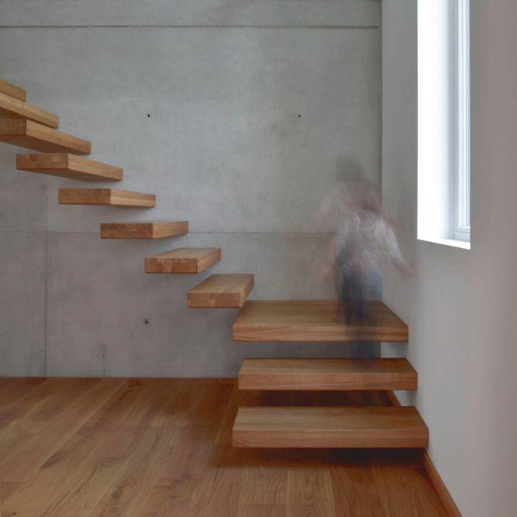 Einfamilienhaus - Plusenergiehaus | b+c - (Freitragende Holztreppe in Sichtbetonwand)