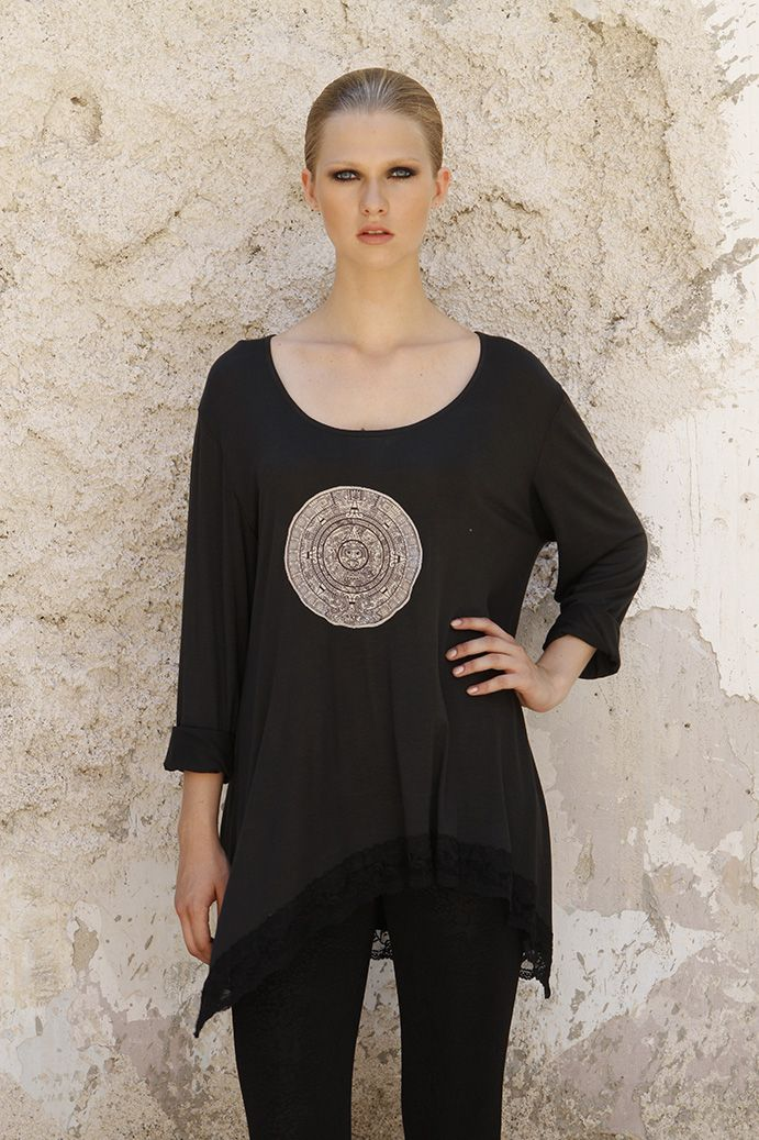 One size blouse with round neck and embroidery motifs, an easy, comfortable, casual clothing
