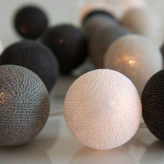 Luo tunnelmallinen fiilis kotiisi tällä Graphic Grey -valoköynnöksellä. Ruotsalaisen Irislightsin valoköynnös koostuu muovisesta johdosta ja käsintehdyistä palloista, jotka valmistetaan puuvillasta ja polyesterista. Köynnös on saatavilla joko 20 tai 35 valopallolla.