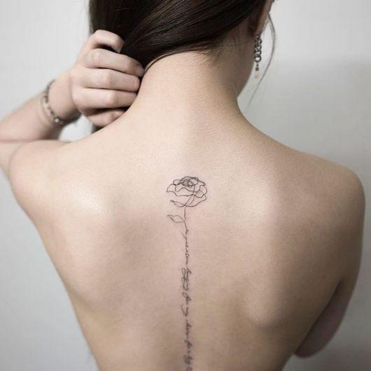 tatuagem escrita costas