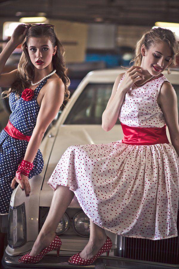 A korszakra jellemző fazonú ruhák, többféle színben - 50s fashion