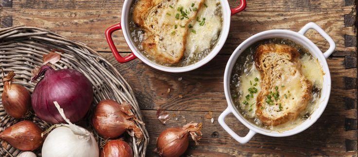 """Francuska zupa cebulowa zapiekana z serem Gruyere i grzankami zaproponowana przez Magdę Gessler stała się hitem jednego z odcinków """"Kuchennych rewolucji""""..."""