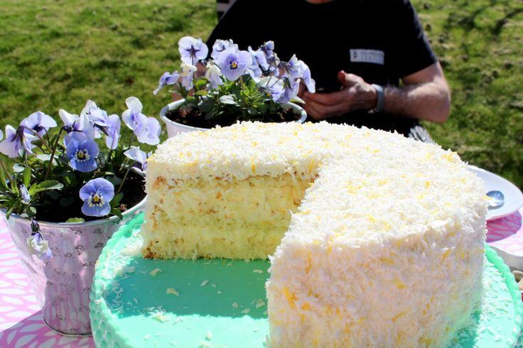 """Nu ska jag dela med mig av receptet på tårtan jag bakade igår. Ämen halleluja säger jag, har smakat på den själv för att vara säker på att den är så god som jag fick höra att den var. Saftig, fräsch, så god smak var ord jag fick till mig. Blev tvungen att smaka själv. En """"hårig"""" tårta som jag brukar"""