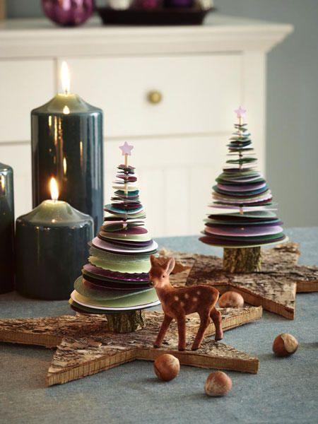 <p/><p><h2>Weihnachtsbasteln: Tannenbäume</h2></p><p><b>Das brauchen Sie:</b></p><p>Verschieden farbiges Tonpapier, Schaschlikspieße, Motivlocher in Kreisform (z. B. von Rico Design in unterschiedlichen Größen; Bastelladen), Schaschlikspieße, Sternlocher/