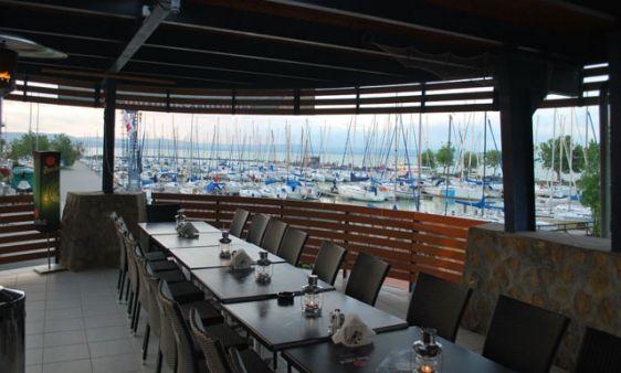 """Sekli Étterem / Sekli Restaurant  _____________________________ """"Valami van a levegőben. Számtalan tervünk, ötletünk és célunk van. Éttermünk egyszerre hajós- és családbarát, itt mindenki megtalálja a neki való kínálatot, úgy árfekvésben, mint ízvilágban. A hozzánk betérő vendégek, minden igényt kielégítő étlapot kapnak a kezükbe, amelyen a napi menü, a heti ajánlat, és a házias ételsor mellett, válogathatnak a nemzetközi gasztronómiai ízeiből is."""""""