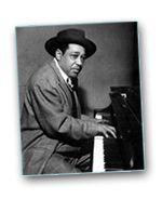 Piano... Enchaînements d'accords jazz... Photo: Duke Ellington au piano! Principalement orientés jazz, voici des petits exemples de courtes mesures à apprendre par cœur (pour cela : jouer en boucle). Tournures universelles qui vont vous permettre de vous sentir plus à l'aise, autant en jazz qu'en blues, et classique! Ne l'oublions pas : si on rencontre dans les standards de jazz des II → V → I de tous les côtés, l'ami Jean-Sébastien Bach en faisait déjà un usage très affirmé au XVIIIe…