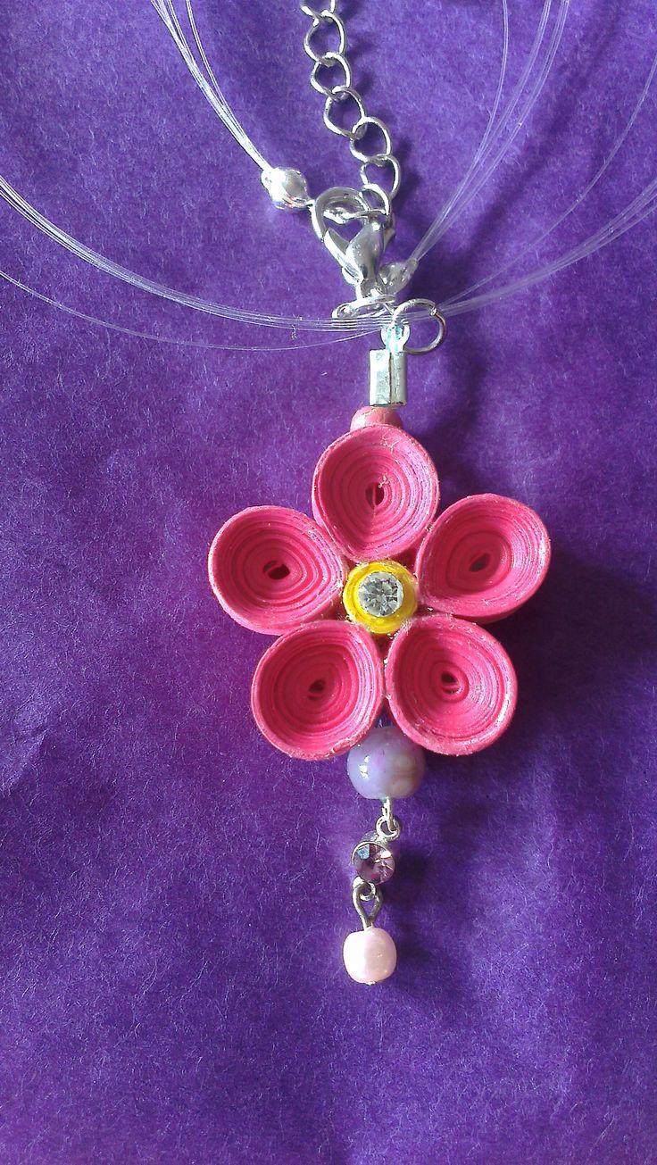 Fleur de frangipanier en pendentif.