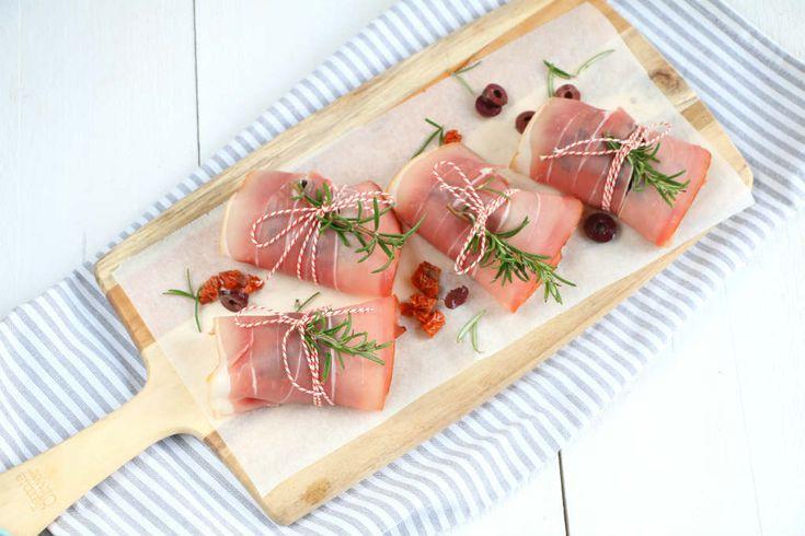 Kippendijen met rauwe ham uit de oven met een vulling van olijven en zongedroogde tomaat. Een makkelijk en smaakvol kip recept.