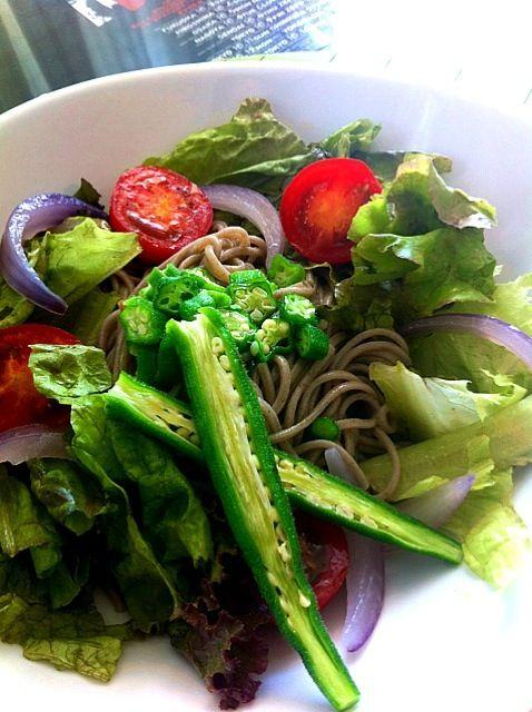 麺つゆをそば湯でのばし、オリーブオイルとワサビを加えたたれでいただきます。 - 34件のもぐもぐ - お蕎麦のサラダ by mayumi