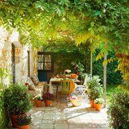 Colorées, fleuries, urbaines ou ombragées, les terrasses deviennent une source d'inspiration lorsqu'elles se mettent à l'heure d'été. « Vanity Fair » a sélectionné pour vous 30 lieux qui invitent à la détente.