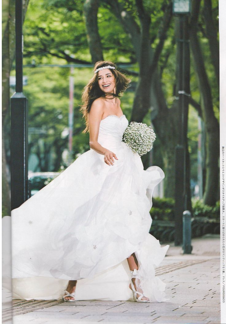 Gem-studded sweetheart line wedding gown (Foursis&Co) Accessorized with headband. Lavish Wedding Style book by Tokyo Wedding Collection magazine.