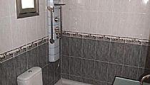 Baño suite. Con ventana, plato de ducha con columna de hidromasaje y lavabo con mueble.