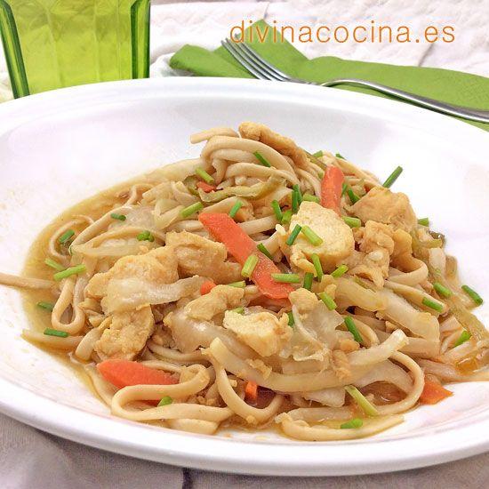 Tallarines con pollo y verduras en salsa de soja