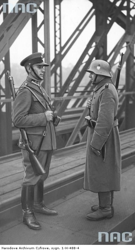 GERMANY AND POLISH SOLDIER AT THE BORDER FEW DAYS BEFORE TO BEGIN THE WAR.: